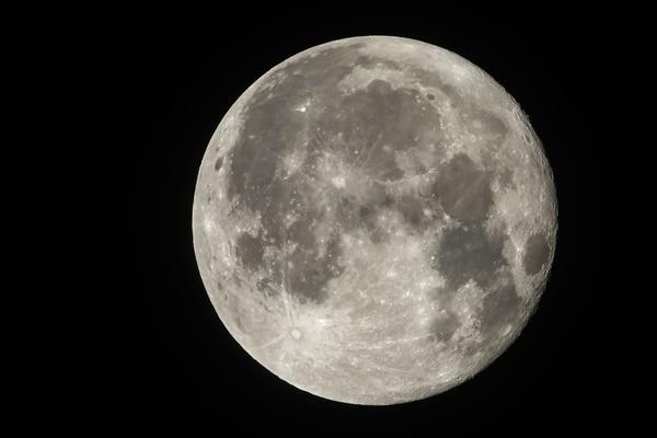 En 2017, el presidente Donald Trump firmó una directiva que pide a la NASA regresar a la Luna, como primera etapa antes de ir a Marte (Foto: Laurent EMMANUEL / AFP)