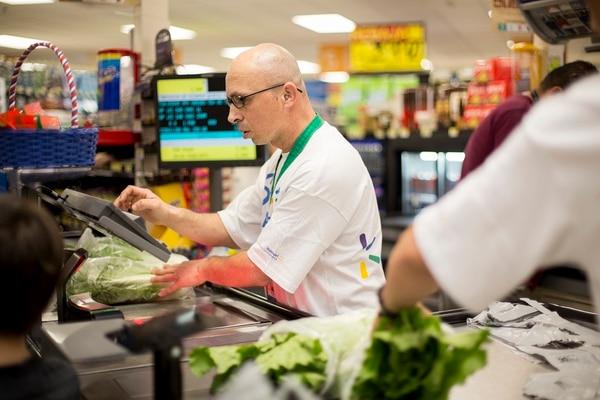 Walmart tiene vacantes disponibles en diversas áreas, entre ellas, cajas. Fotografía: Cortesía de Walmart para EF.