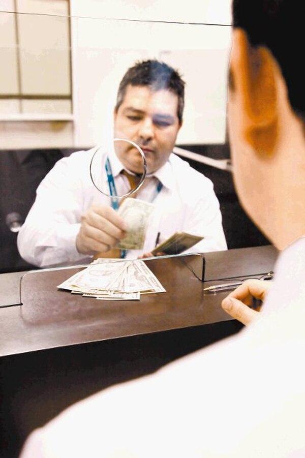 Los fondos de inversión en dólares se vieron golpeados en el 2012 por el mayor premio de inversión en colones.